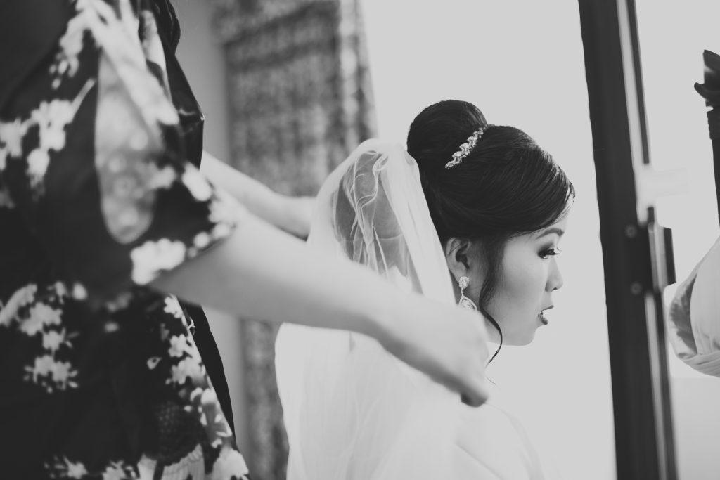 bride getting veil on