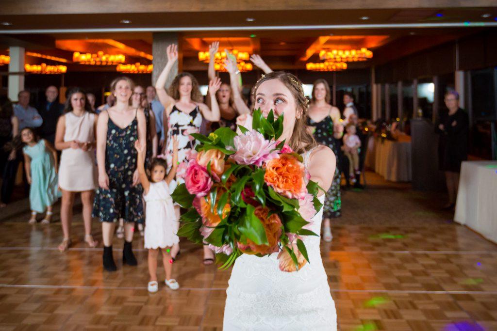 bouquet toss photo