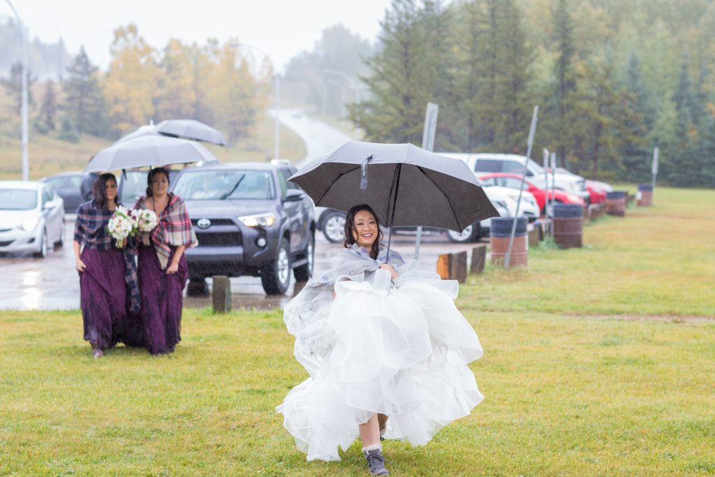 autumn wedding photos in the rain