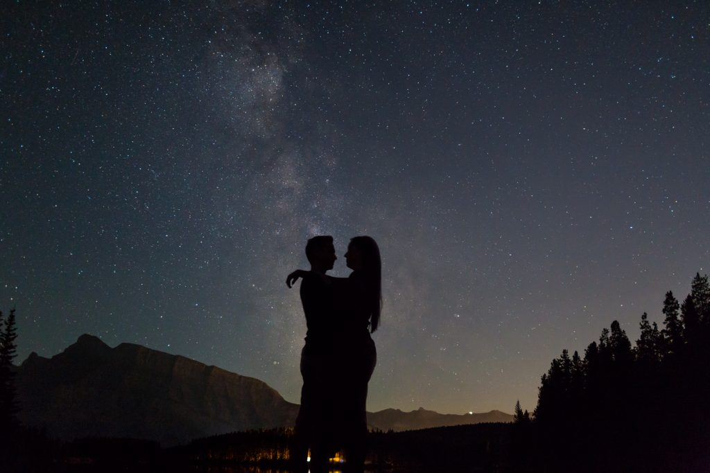 Canmore engagement pictures at night with the stars